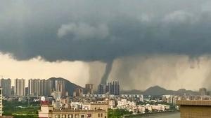 東莞驚現「龍吸水」 強風暴雨閃電八千次