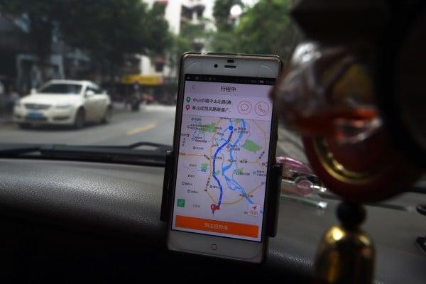2016年5月,廣西桂林,一名司機在使用滴滴出行軟件載客。(GREG BAKER/AFP/Getty Images)