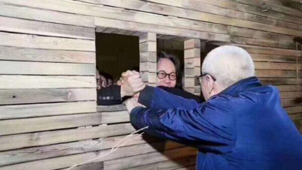 圖為任志強在自製小木屋與朋友打招呼的行為藝術照。(推特圖片)