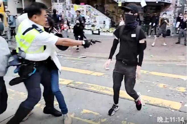 去年11月11日,在港島西灣河發生警察開槍射傷抗爭學生事件。(影片截圖)
