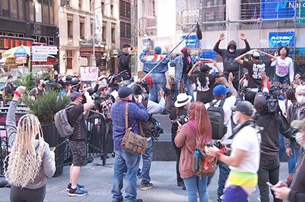 抗議者6月1日繼續在紐約時代廣場抗議。(奧利弗/大紀元)