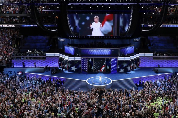 28日民主黨大會第四天,希拉莉正式接受提名及發表演說。(Chip Somodevilla/Getty Images)