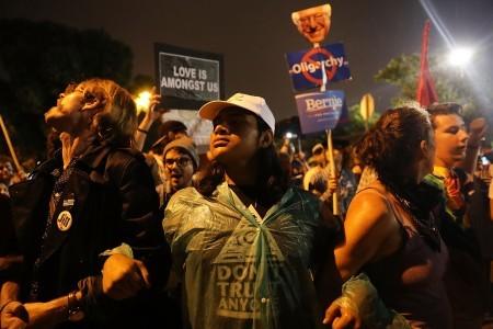 希拉莉演說,在場外抗議的人士。(Spencer Platt/Getty Images)