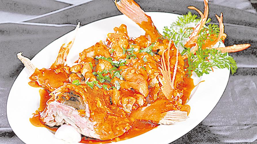 乾隆當年吃的「松鼠鯉魚」,用的是肥美鮮嫩的鱖魚。圖為主廚羅子昭所做的「松鼠魚」。