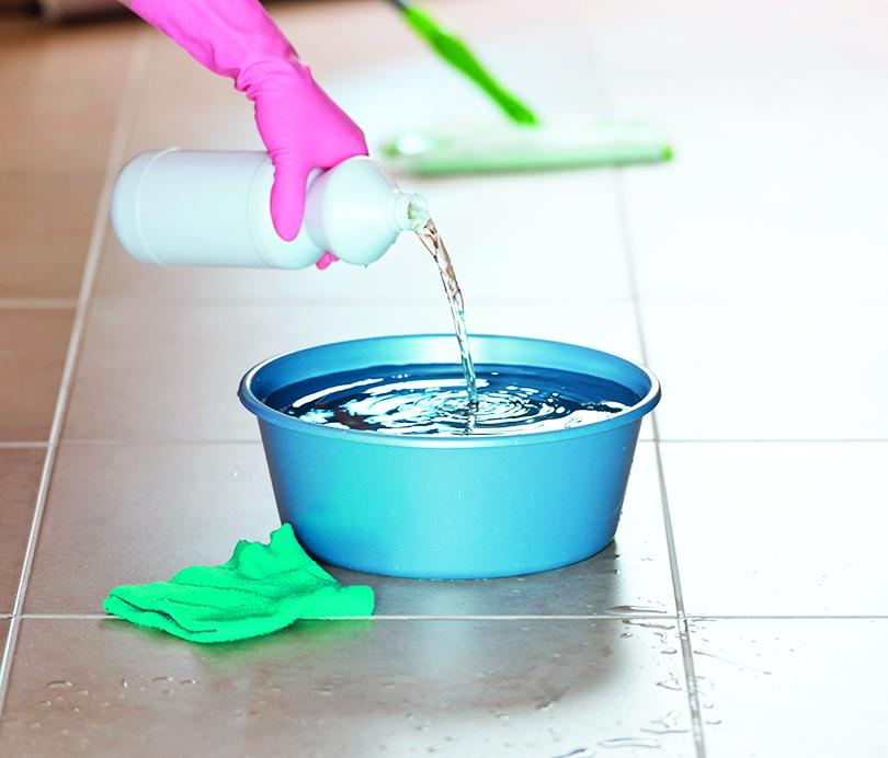 用漂白水調製消毒劑時,必須使用冷水。