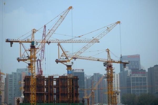 大陸安信證券日前發布報告認為,大陸目前關於房價有五個觀點誤導了99%的民眾。圖為2015年7月22日,北京一處建築工地。(WANG ZHAO/AFP/Getty Images)