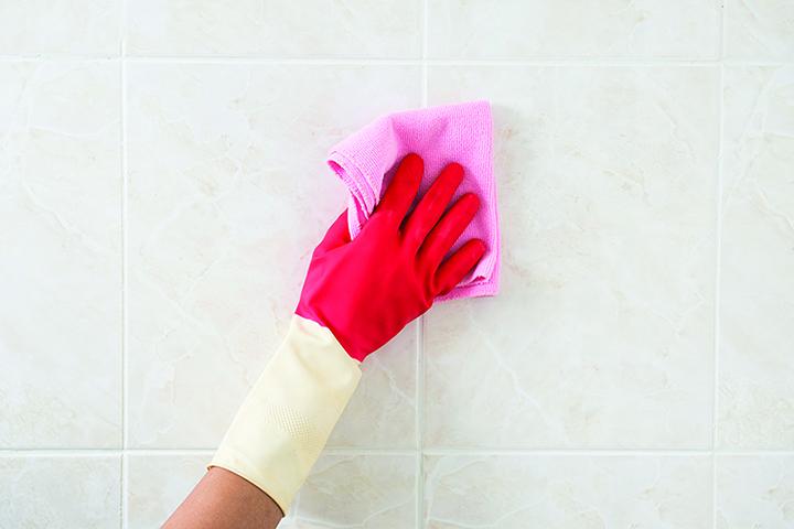 磁磚的凹槽處容易滋生細菌,可以定期用漂白水清潔。