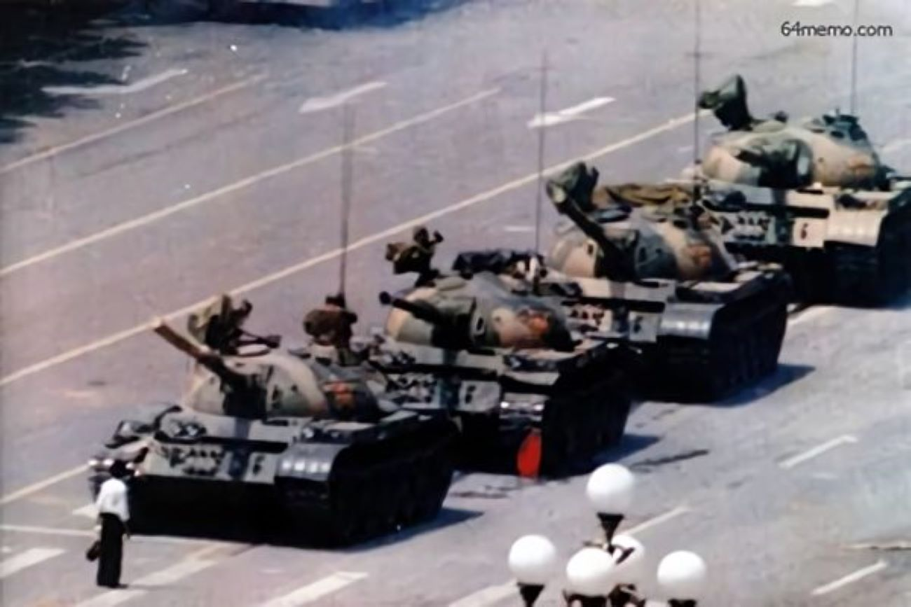 圖為「六四坦克人王維林」隻身擋在中共坦克前。(全球紀念六四委員會)