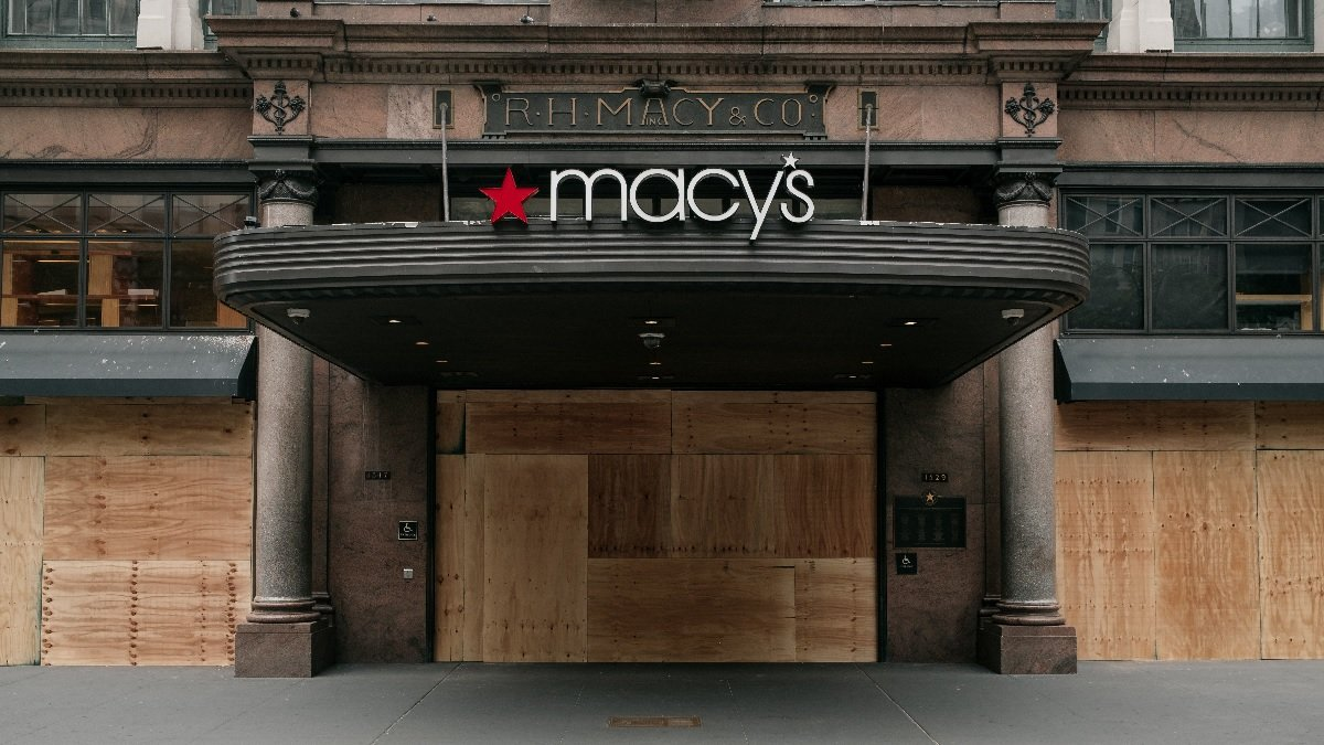 6月2日,遭洗劫後的紐約梅西百貨(Macy's)旗艦店。(Scott Heins/Getty Images)