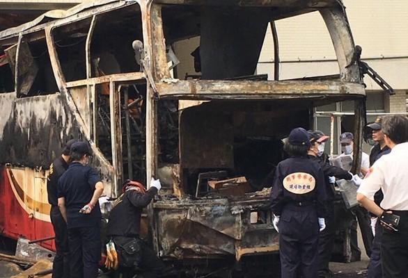 台灣國道2號往西2.8公里處19日發生中國大陸觀光客團火燒車意外,造成24名陸客、台灣籍遊覽車駕駛及導遊,共26人罹難。(中央社)