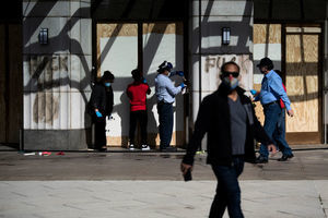 美國多地誌願者 自發清除騷亂者塗鴉