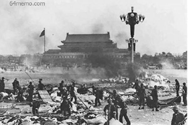 「六四事件」,中共坦克橫衝天安門廣場。(六四檔案)