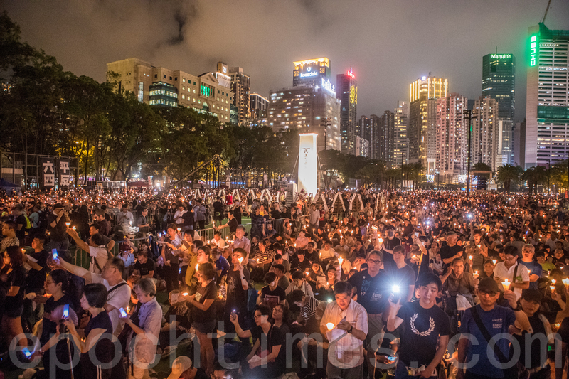 圖爲2019年6月4日,香港支聯會在維多利亞公園舉行燭光悼念集會,參與人士站滿維園六個足球場及草地,大會公布參與集會人數超過18萬人。(余鋼/大紀元)