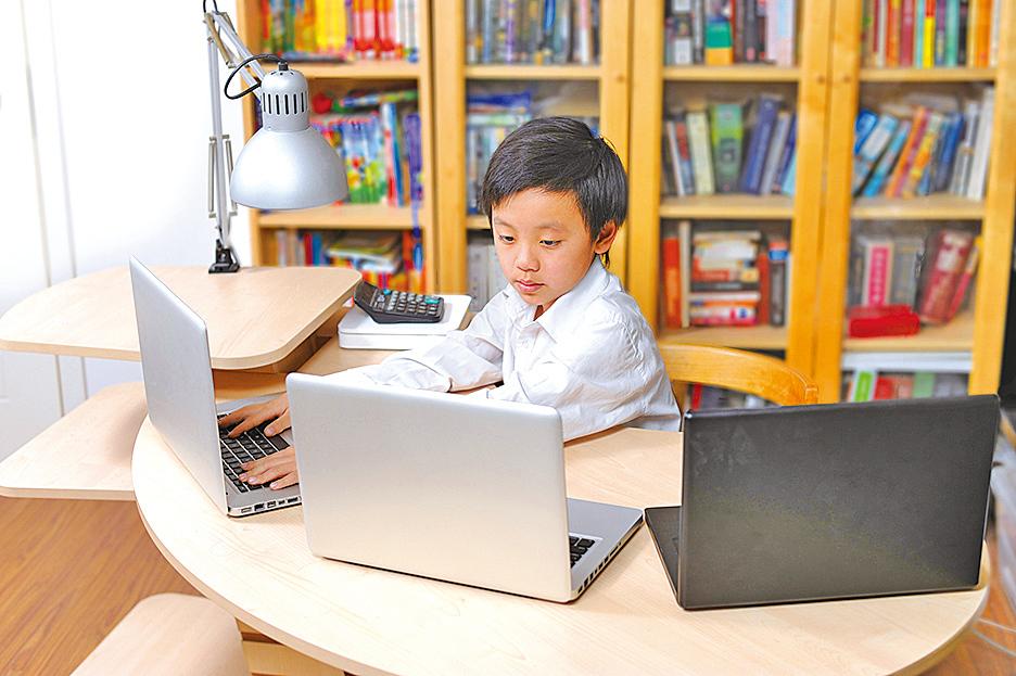 多用電子產品的兒童用眼不當時易患近視。(Fotolia)