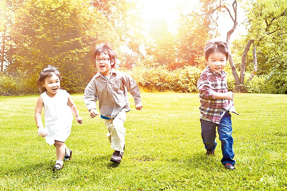 資深視光師苗延泰建議兒童多參與戶外活動。(Fotolia)