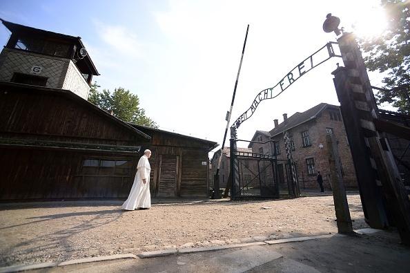 教宗方濟各在前納粹集中營為死難者默哀