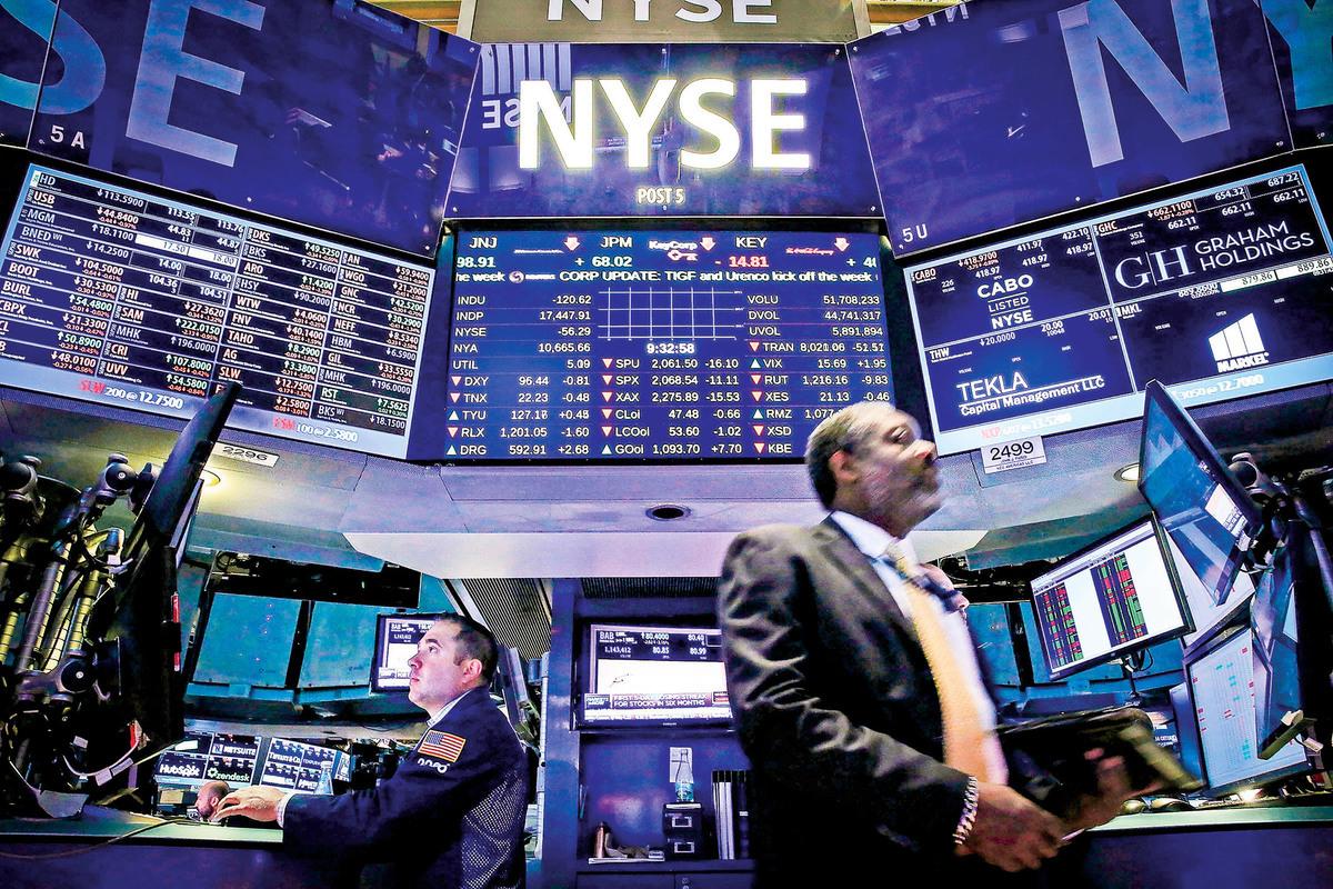 在中共病毒肆虐全球和中共強推「港版國安法」的背景下,美中貿易戰正發展成一場金融戰。圖為紐約證券交易所。(Spencer Platt/Getty Images)