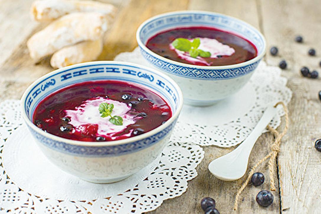 擁有繽紛色彩的匈牙利水果冷湯,是夏季的一道開胃甜湯。(shutterstock)