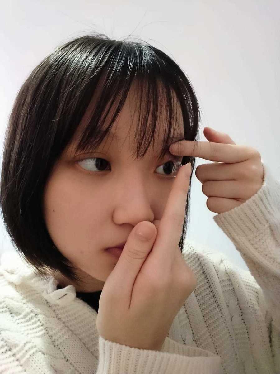 15歲的Leana認為控制近視的軟性隱形眼鏡有效控制近視加深。(受訪者提供)
