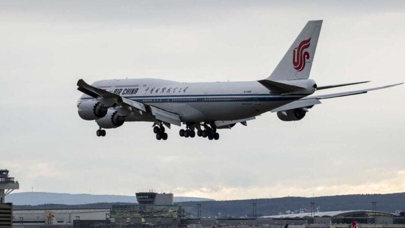 美國政府將從6月16日起禁止中國客運航空公司的航班飛往美國。圖為一架中國國航班機。(Thomas Lohnes/Getty Images)