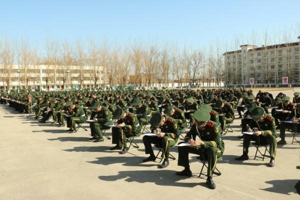 高智晟在新書中講述了,他被關押在武警部隊期間,所聽聞武警鬧鬼事件不斷。圖為,2016年2月19日,武警北京總隊的武警官兵在進行理論測試。(大紀元資料室)