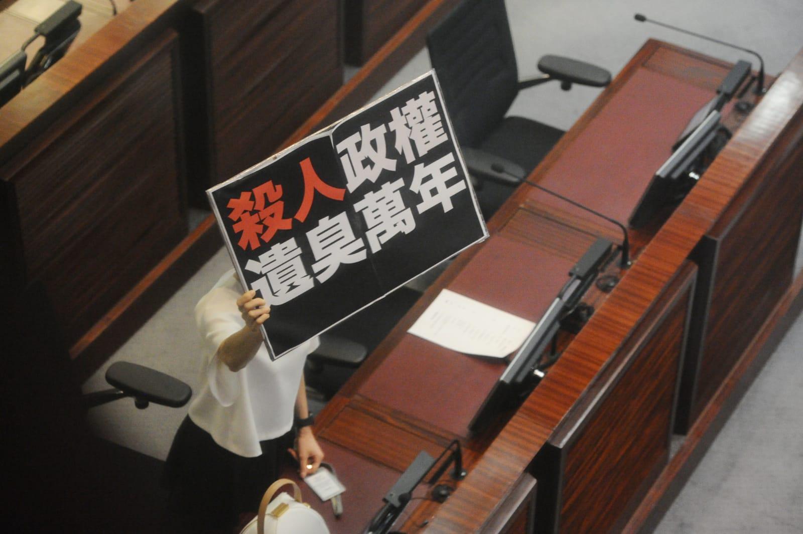 在泛民抗議聲中,梁君彥強行表決,「國歌法」在「臭氣薰天」的立法會通過了三讀。(宋碧龍/大紀元)