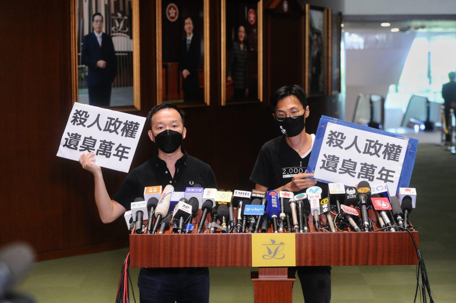會議期間,人民力量陳志全和議會陣線朱凱廸於會議廳潑灑臭味物件表抗議。(宋碧龍/大紀元)