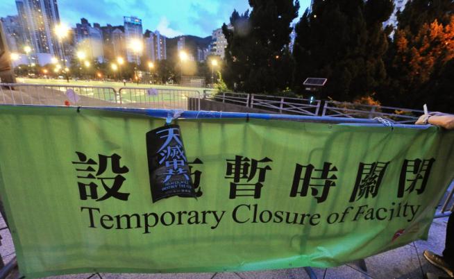 康文署稱因應疫情,將足球和籃球場等設施暫時關閉,阻止市民弔念六四。(宋碧龍/大紀元)