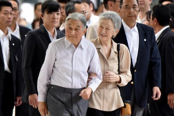 日皇明仁是否「生前退位」,日本宮內廳正研議,安排日皇快則於8月上旬對人民表述心境。(AFP PHOTO/TORU YAMANAKA)