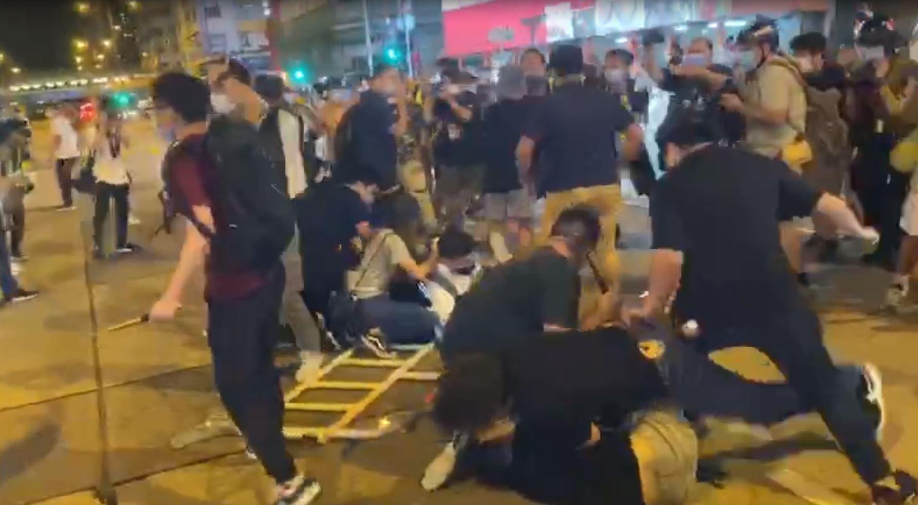 6月4日香港各區舉行六四燭光集會,晚上9時左右,多名便衣警察在旺角拘捕至少2人。(大紀元資料圖)