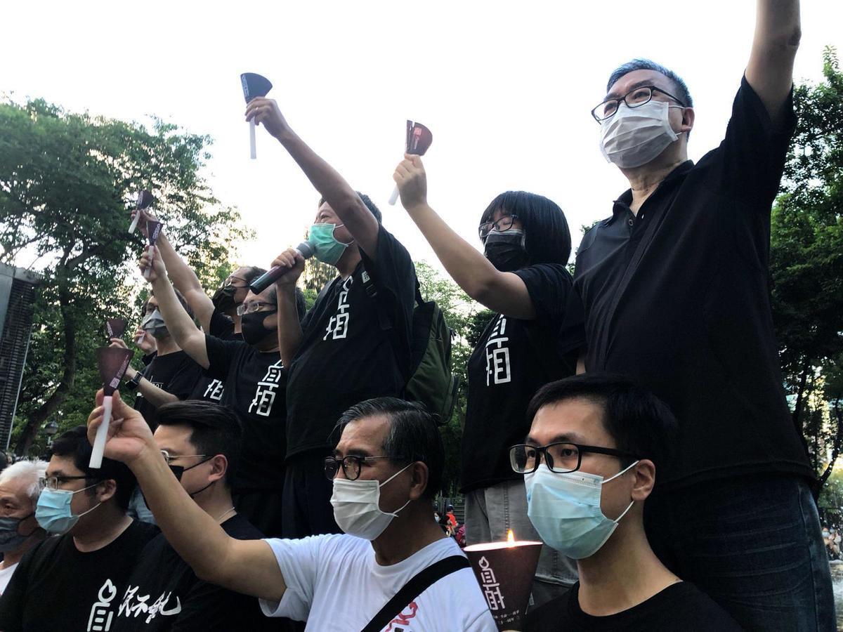 今日(6月4日),警方就支聯會申請在維園舉行集會悼念活動發出「反對通知書」。不過警方的限聚令沒能嚇怕頑強的香港人,由支聯會為首的民主人士前來點起了燭光,步入維園。(梁珍/大紀元)