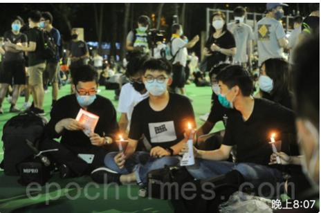 6月4日晚,維園內燭光悼念活動。(宋碧龍 /大紀元)