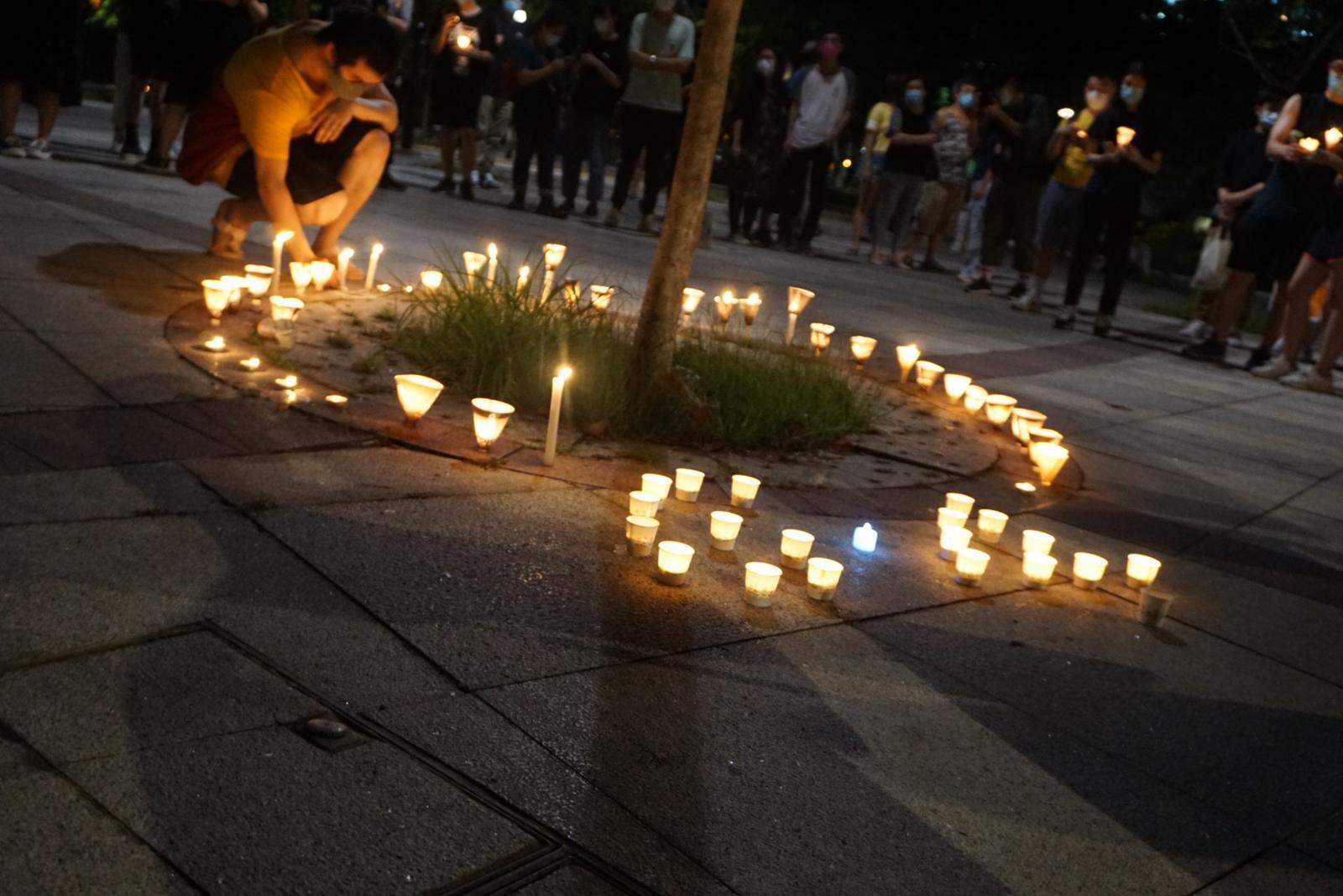 6月4日晚8時左右,香港屯門約千人集會點亮燭光紀念六四。(梁珍/大紀元)