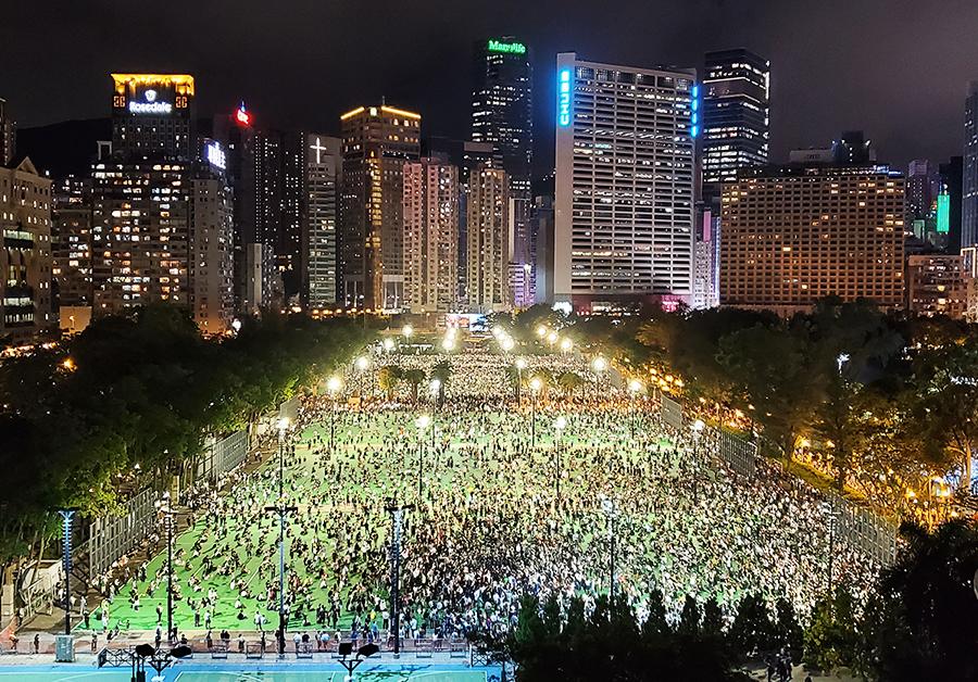 █ 大批香港人無懼打壓及恐嚇,昨晚到維園參加六四晚會,延續31年全球最大型 的民間悼念活動。( 宋碧龍/大紀元)