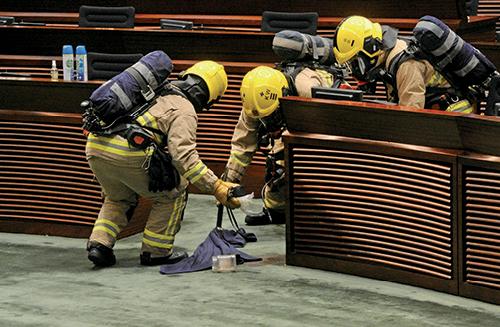 消防員一度進入會議廳調查,會議暫停約四小時。( 宋碧龍/大紀元)