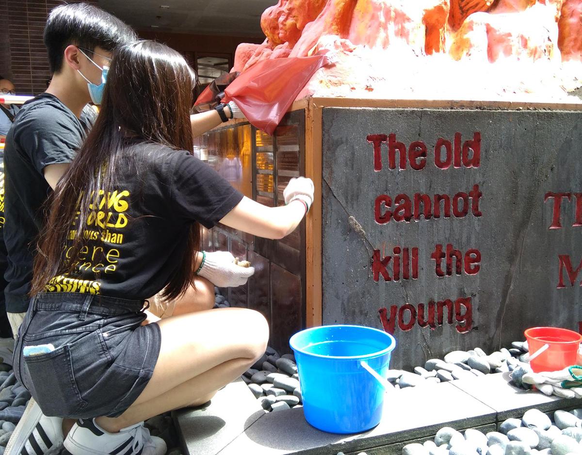 昨日是六四31周年,港大學生會接傳統洗刷國殤之柱和重漆太古橋。(杜夫/大紀元)