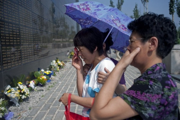 河北唐山40年前發生7.8級大地震,官方對傷亡數字諱莫如深。直到3年後,才宣布地震死傷人數。但官方數字被指嚴重低估。據披露,中共的一份秘密報告統計出超過65萬人死亡,超過77萬人受傷。圖為坐著輪椅的老人來到唐山地震紀念牆前為遇難的老伴獻花。(網絡圖片)