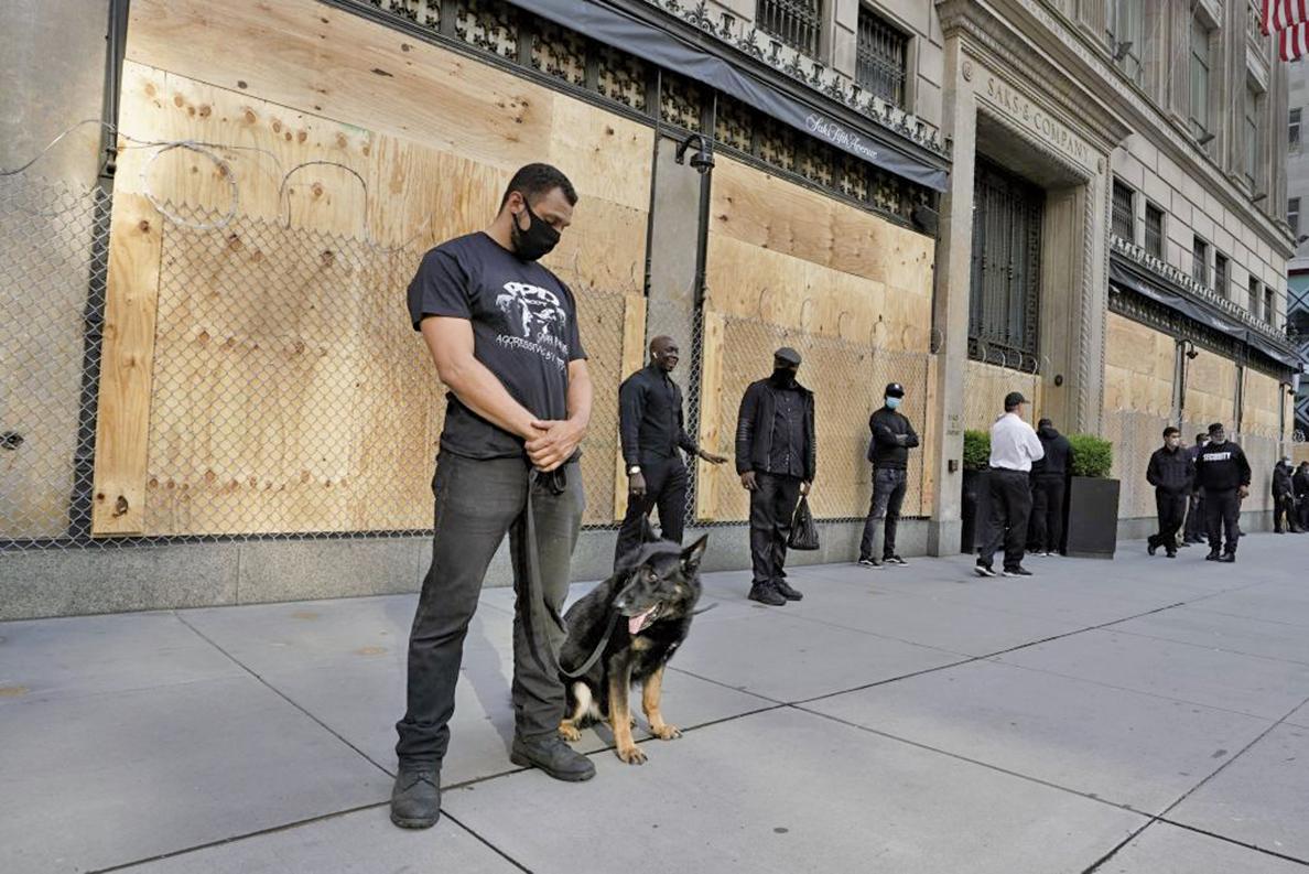 6月3日,紐約警方在第五大道站崗。(AFP)