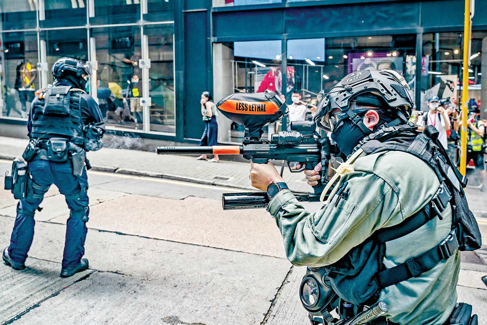 5月27日,在香港民眾舉行和平抗議港版國安法的集會上,港警舉起胡椒彈槍試圖阻嚇。(Getty Images)