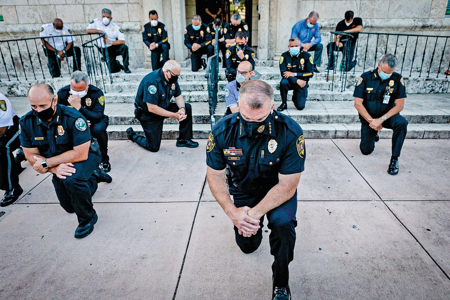 弗洛伊德之死,引發全美的抗議活動。5月30日在佛羅里達州舉行的一次集會上,警察們單膝跪下,表達哀悼與致歉,也是請求抗議者放棄違法的暴力。(Getty Images)