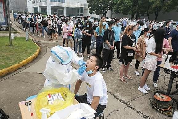5月15日,武漢民眾排隊進行核酸檢測。當地居民說:官方數據是政治需要。(AFP)
