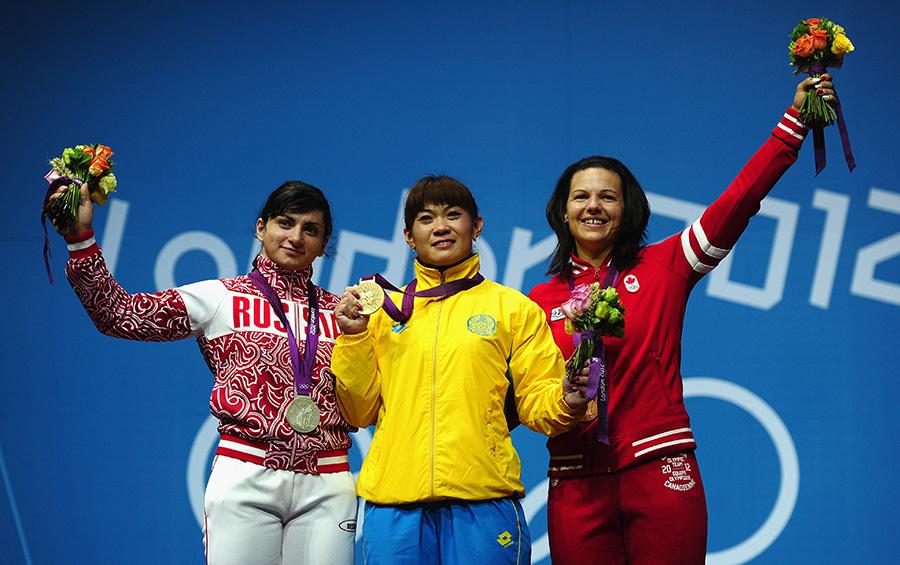 圖為俄羅斯選手Svetlana Tsarukaeva(左)在2012年倫敦奧運女子63公斤級舉重決賽中贏得銀牌。(Laurence Griffiths/Getty Images)