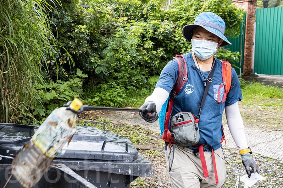 陳子恒建議每次行山前作充足的準備,帶足夠的水,避免再買樽裝水,產生新的垃圾。(陳仲明/大紀元)