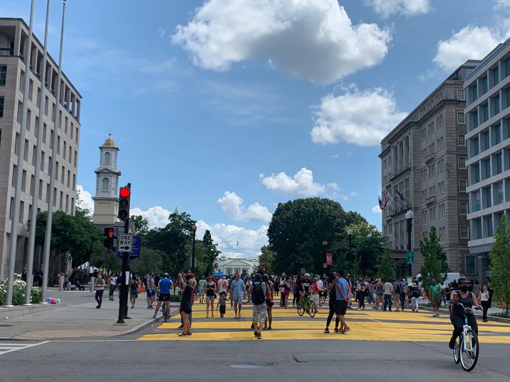 新命名的街Black Lives Matter Plaza「16街在H和I街之間的一段」。街的盡頭是白宮外Lafayette廣場。(吳芮芮/大紀元)