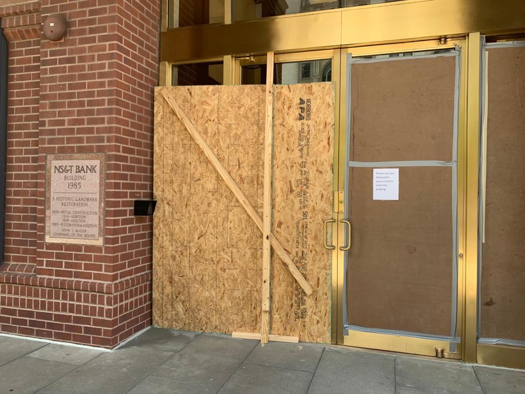 白宮附近的大樓(NS&T Bank Building)玻璃都保護起來。(吳芮芮/大紀元)