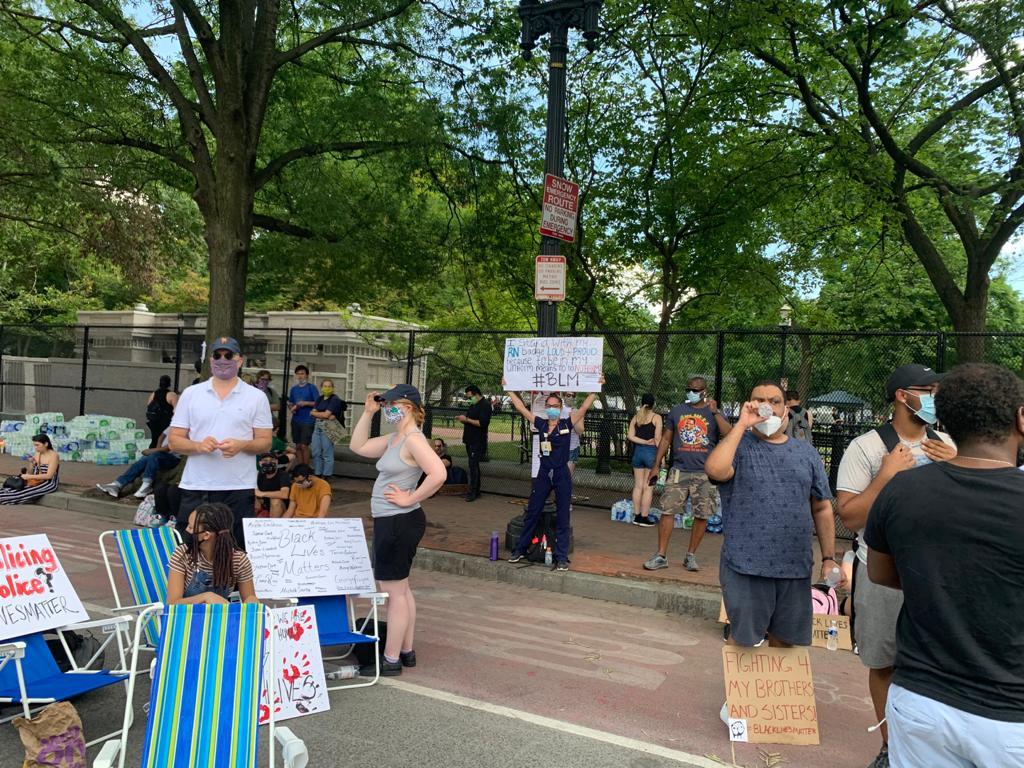 白宮Lafayette廣場外H街上的抗議者。(吳芮芮/大紀元)