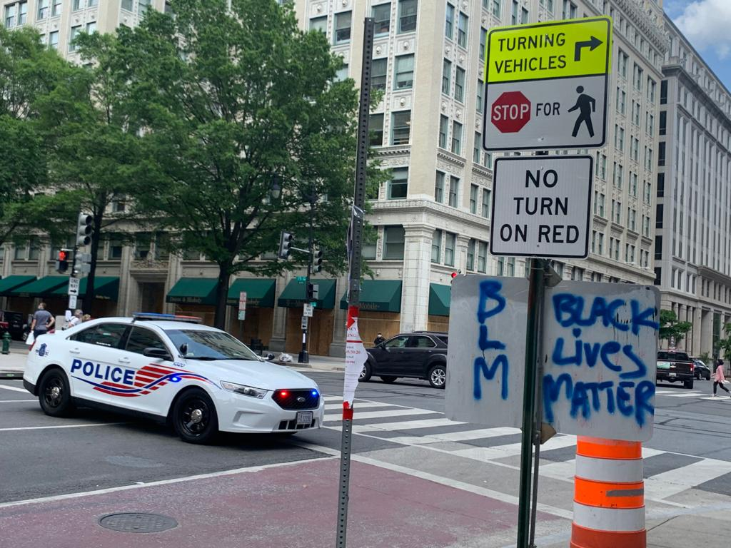 警察封了白宮後的H街。街上有BLM噴漆(吳芮芮/大紀元)