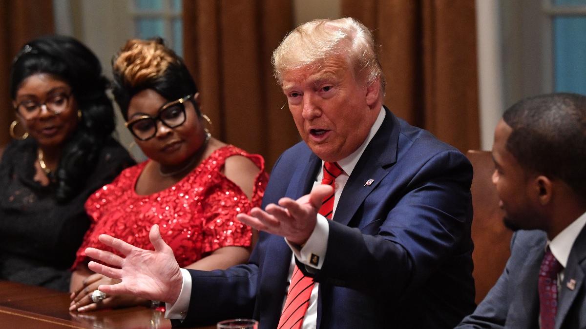 2月27日,特朗普總統在白宮會見非裔美國人精英。(NICHOLAS KAMM/AFP via Getty Images)