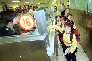 楊潤雄︰教育局正爭取讓中三至中五跨境學生回港復課