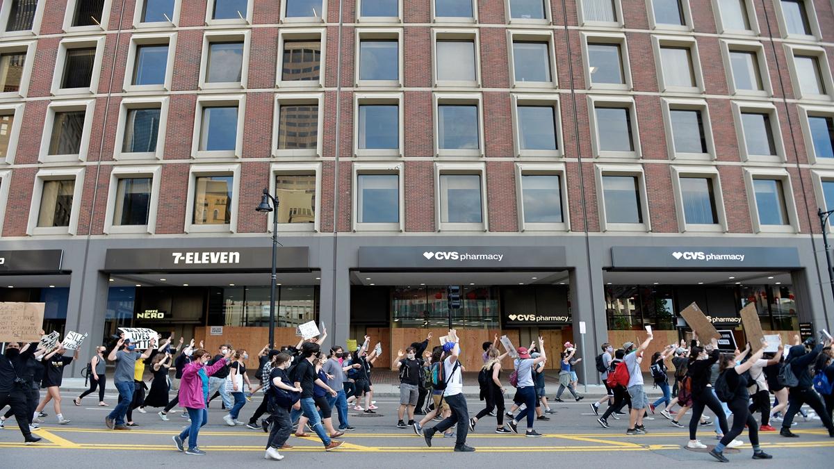中國留學生參加美國騷亂後,將搶劫的名牌放在網上炫耀,並揚言,明天再去搶一波。圖為美國示威人群。( JOSEPH PREZIOSO/AFP via Getty Images)